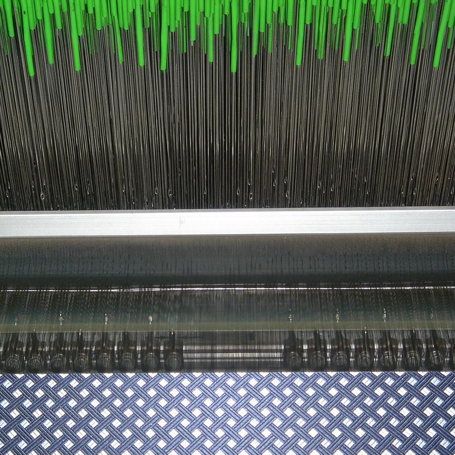 織り上がってくる生地のアップです、タテ糸が1本でも切れたりすると不良になってしまいます