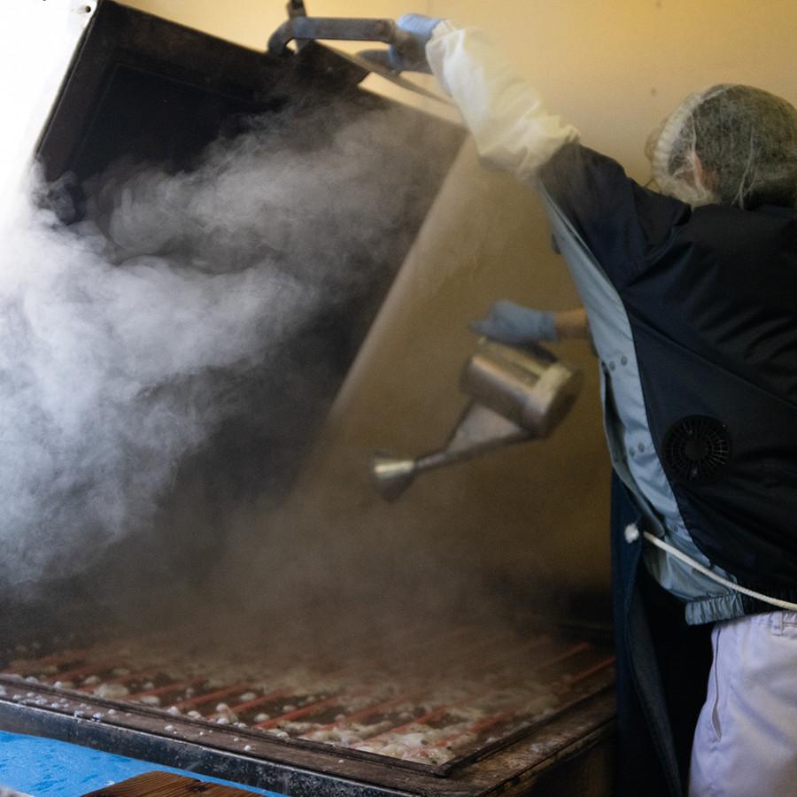 大きな機械で蒸し焼きに。