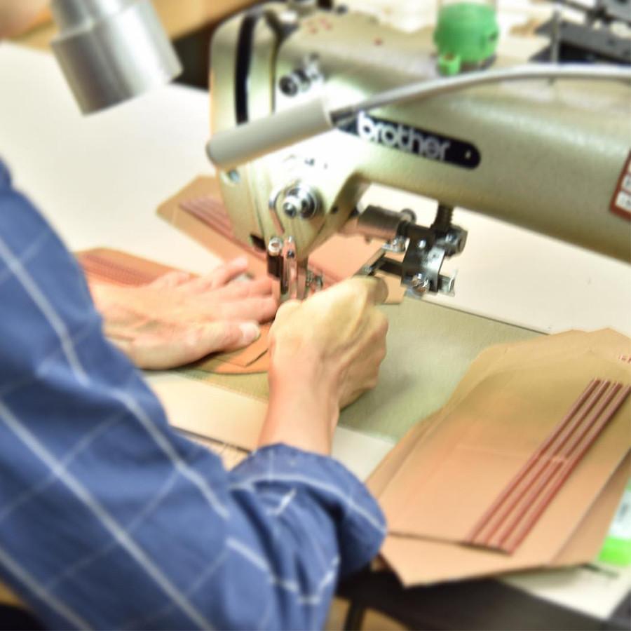 財布の内側を縫製している所、細かいパーツが多いので大変!
