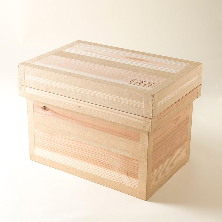 木箱に入れてお届け。積木の出し入れがしやすいように、少し大きめの作りです。