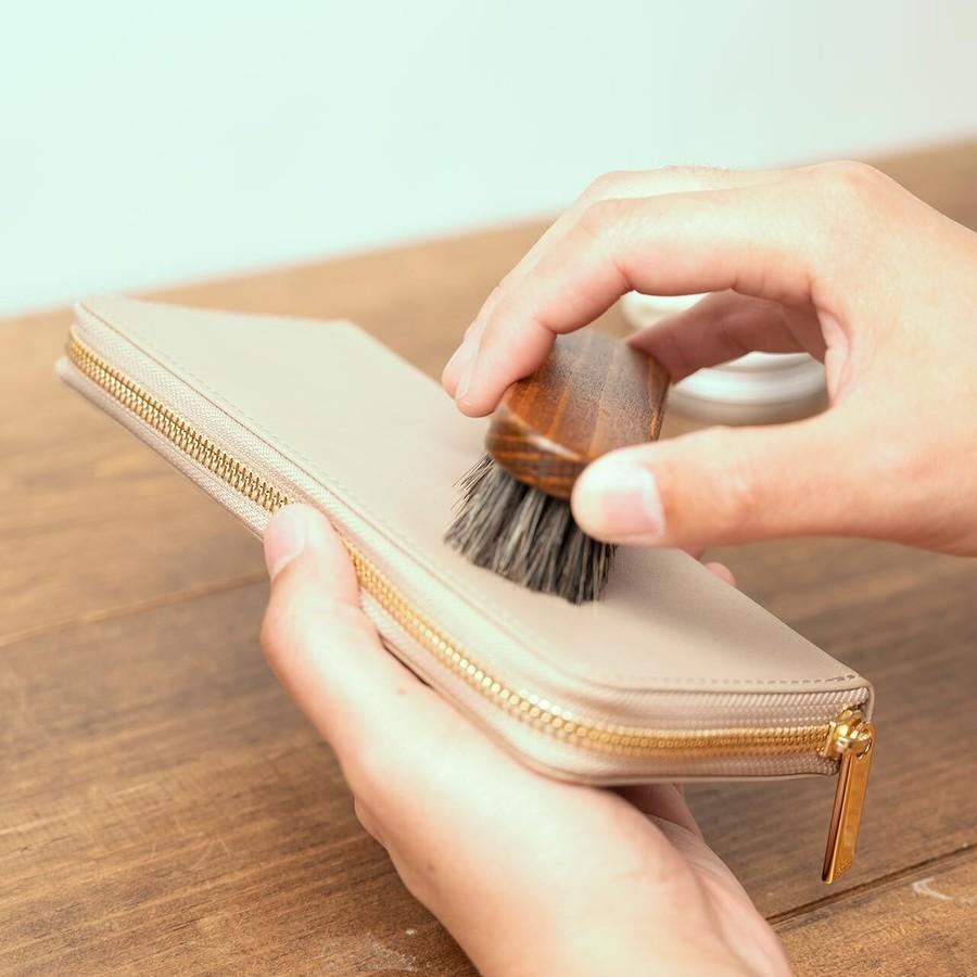 ケアクリームを塗った後は、表面を撫でるようにブラッシングして、付きすぎてしまったクリームを除きます。