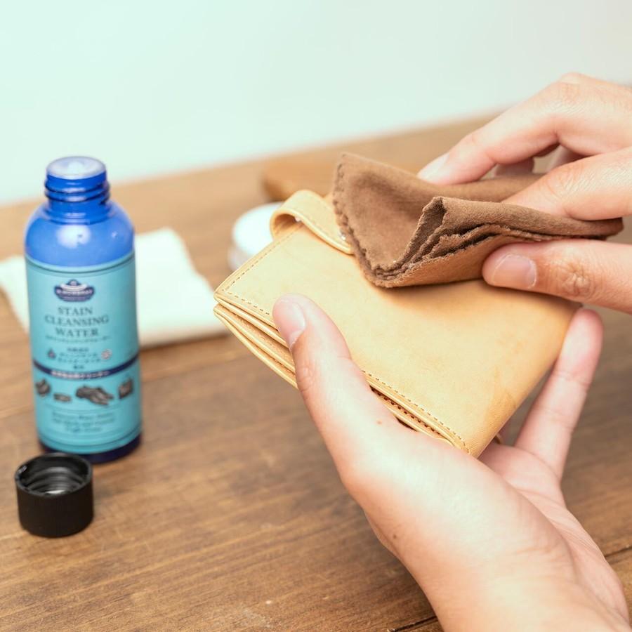 革の表面を擦らずに撫でるように拭きます。
