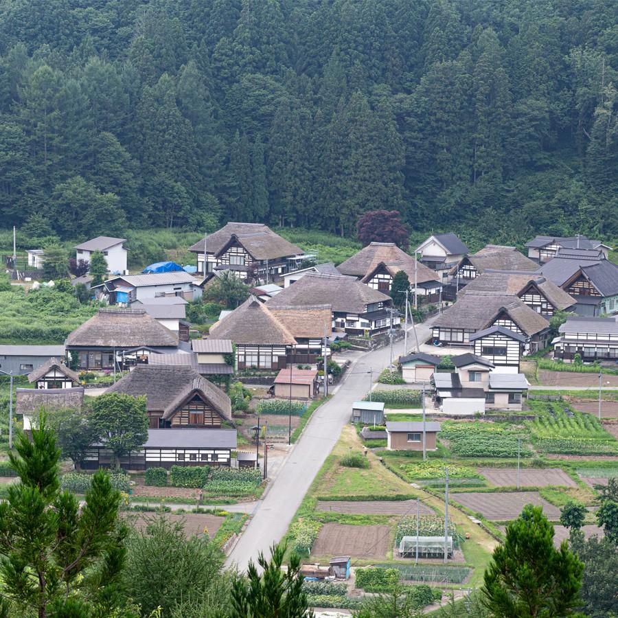 横田城主・山内氏勝の家臣である小勝入道沢西が移り住んだことから始まったとされる前沢曲家集落。