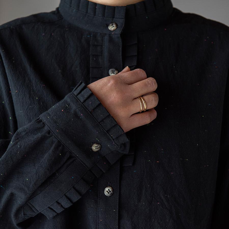 織り交ざっているネオンカラーとフリルがアクセント。
