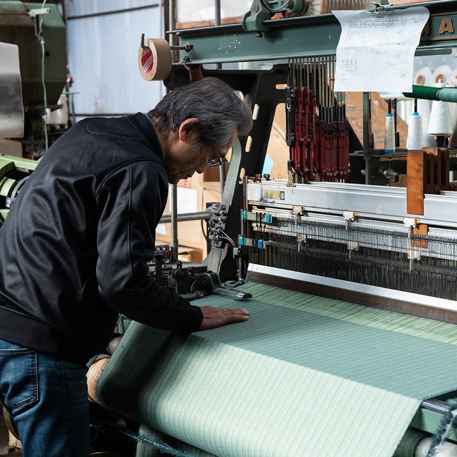 工場で織りから縫製まで、職人の手で一貫して製造し、最上級のクオリティーを実現。
