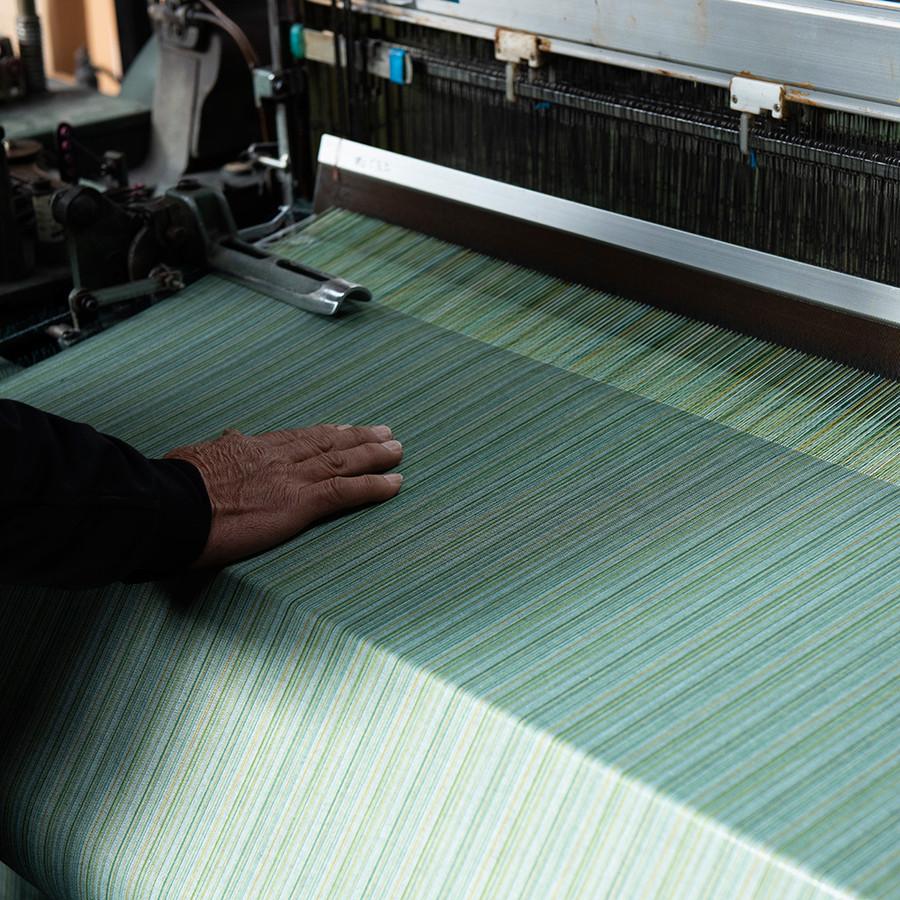 昔ながらの織機で丁寧に織り上げた生地はぬくもりが違います。