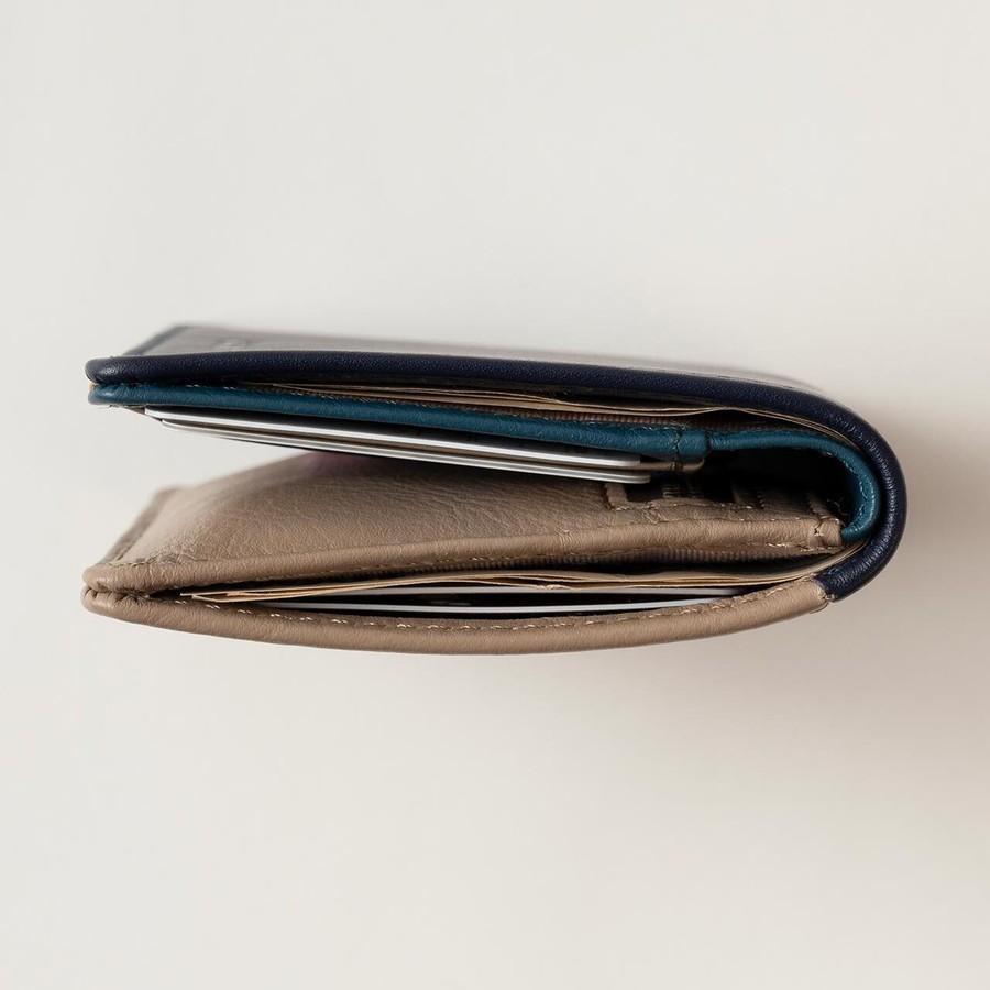 カード6枚・お札4枚・小銭25枚入れても、厚さ約2.5cmの薄型設計。
