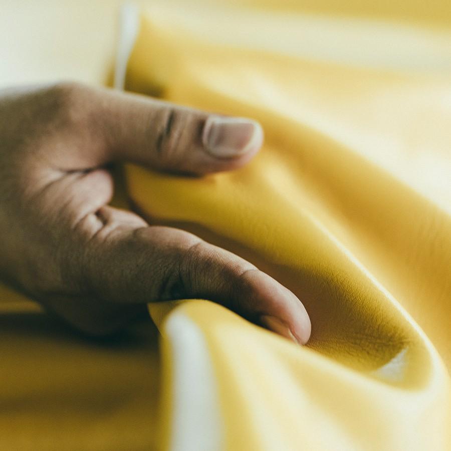 タンナーと何度も色を調整し発色が良く手に吸い付くような柔らかさになっています。