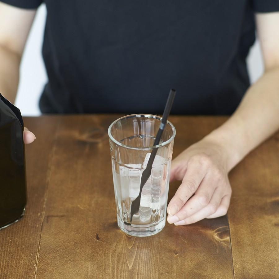 グラスに氷をはります。