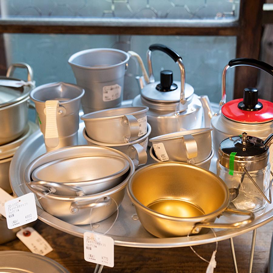 1945年創業の東京・谷中にある荒物屋。店内には昔からの日本の暮らしの道具が並びます