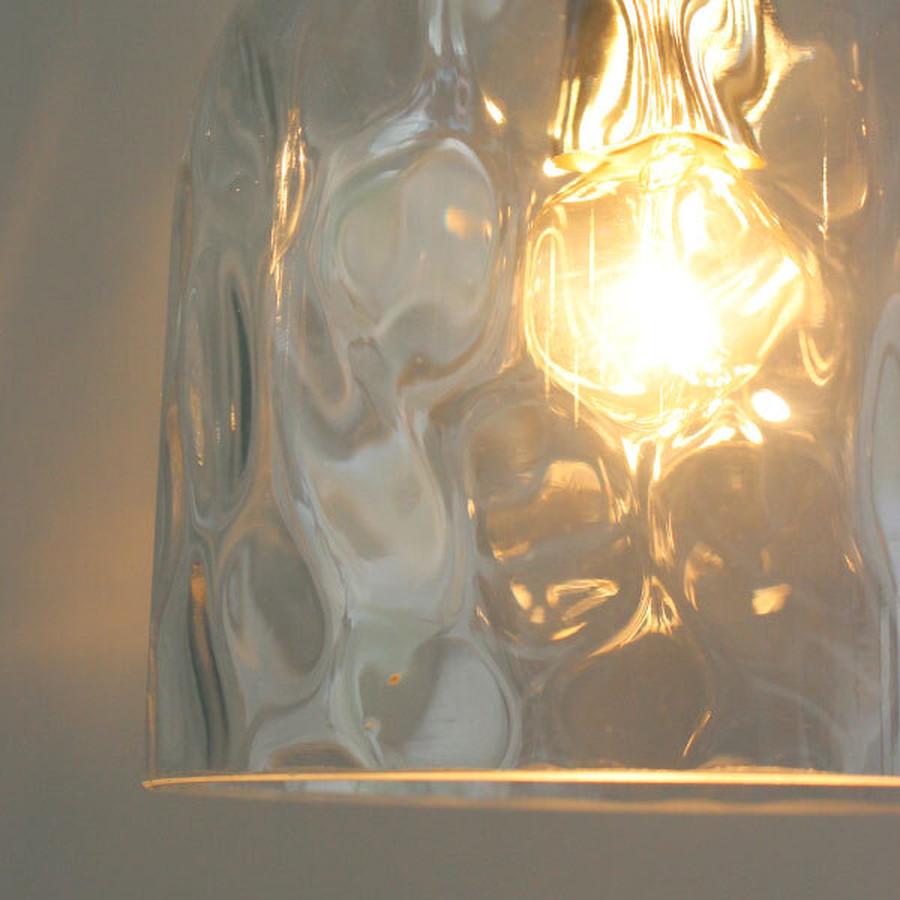 ガラスの表面に金型で一つ一つ窪みをつけることで、まるで氷のようなひんやりとした質感に仕上げています。